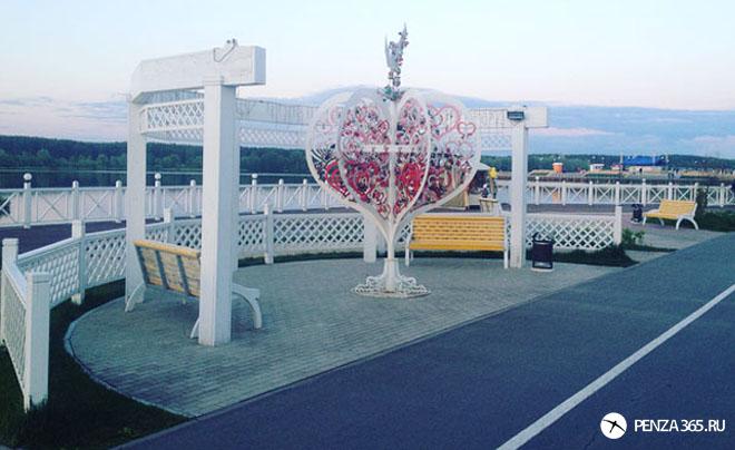 Город Пенза. Дерево любви на набережной города «Спутник»