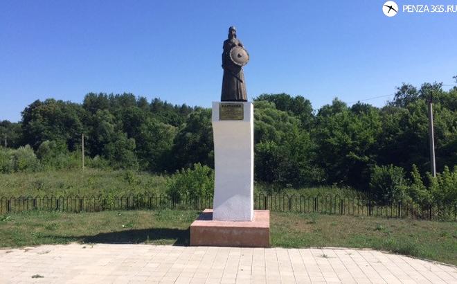 Село Наровчат. Памятник мокшанской княгине Нарчатке. фото